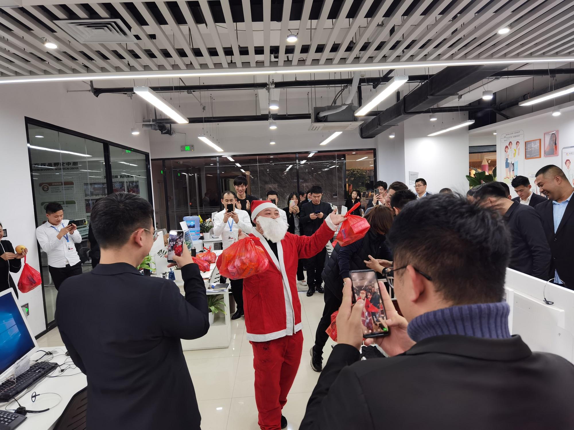 圣诞老人降临雷竞技官网集团为员工送福利!