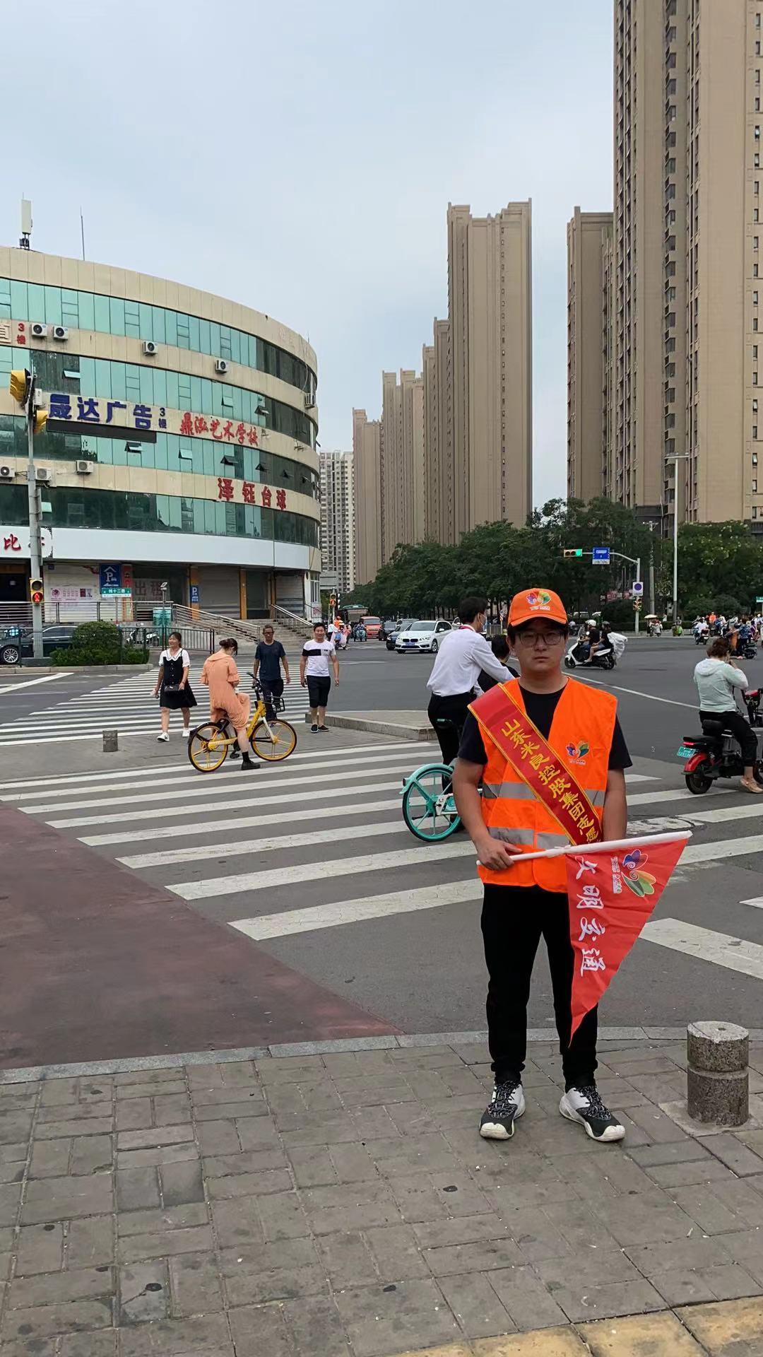 米良集團組織志愿者參與交通路口執勤,助力文明城市建設(圖2)